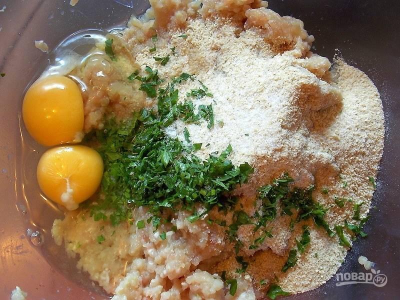 Добавьте сухари, яйца и нарезанную петрушку.