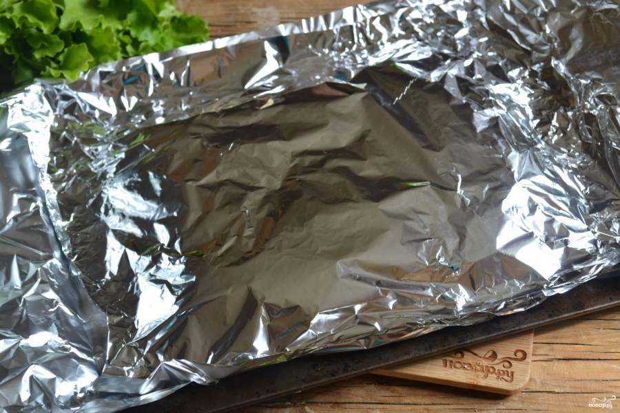 Накройте мясо листом фольги и отправьте в духовку на 20-25 минут. Затем фольгу снимите, а мясо присыпьте мелко натертым сыром, оставьте его еще на 10 минут.