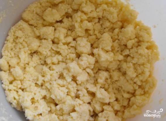 Оставшееся мягкое масло взбиваем с сахаром, ванильным сахаром. Добавляем 100 грамм муки и разрыхлитель. Растираем массу руками в крошку. Ставим на 20 минут в холодильник.