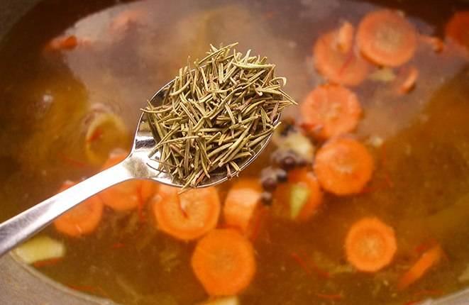 Влейте в казан шафрановую воду и доведите всё до кипения. Затем всыпьте соль, перец и розмарин. При этом тушите блюдо на медленном огне.