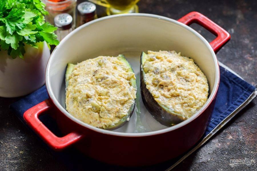 Нафаршируйте баклажаны, после запекайте их в духовке при температуре 180 градусов в течение 25 минут.