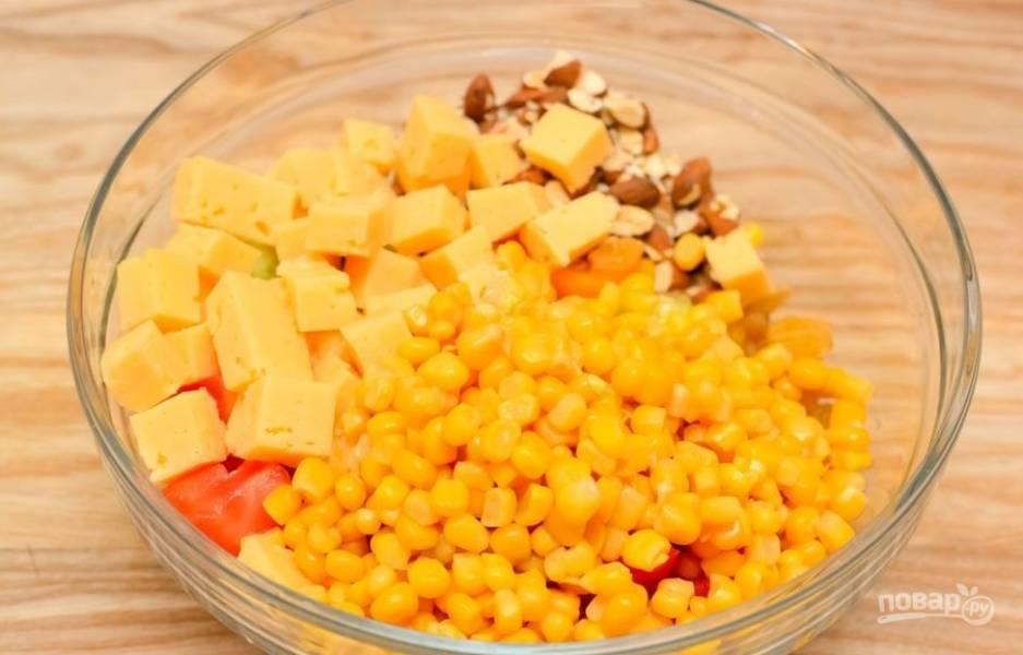 2.Мою и нарезаю кубиками помидоры, огурец, перец, манго и твердый сыр. Добавляю консервированную кукурузу, предварительно слив сок, крупно измельченный миндаль и цельный изюм.