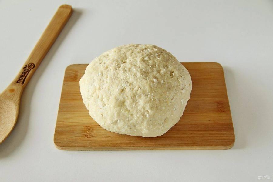 Замесите мягкое тесто. В процессе если необходимо, можно добавить еще немного муки, тесто не должно липнуть к рукам. Соберите его в шар, накройте и дайте полежать 10-15 минут.