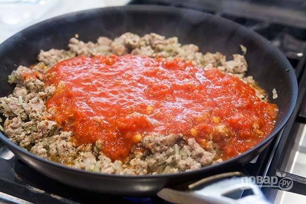 2.Нарежьте мелко лук и выложите в сковороду, спустя 4-5 минут добавьте измельченный чеснок, розмарин, итальянские специи, хлопья перца чили. Влейте томатный соус через 1 минуту.