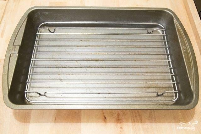 4. Чтобы голень в духовке не была жирной, лучше запекать на решетке, а жир собирать на противень, установленный внизу.