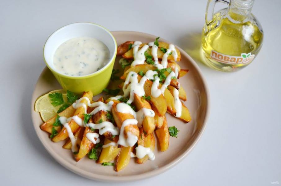 6. Подавайте картофель, полив чесночным айоли, посыпав зеленью. Можно подать айоли отдельно, чтобы окунать картофель.
