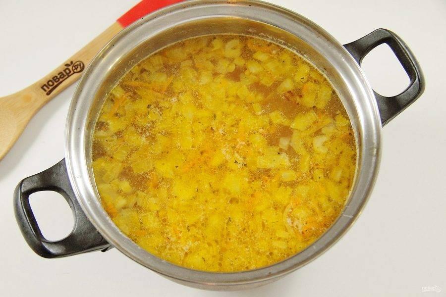 5. Как только картофель закипит, добавьте к нему овощную зажарку.