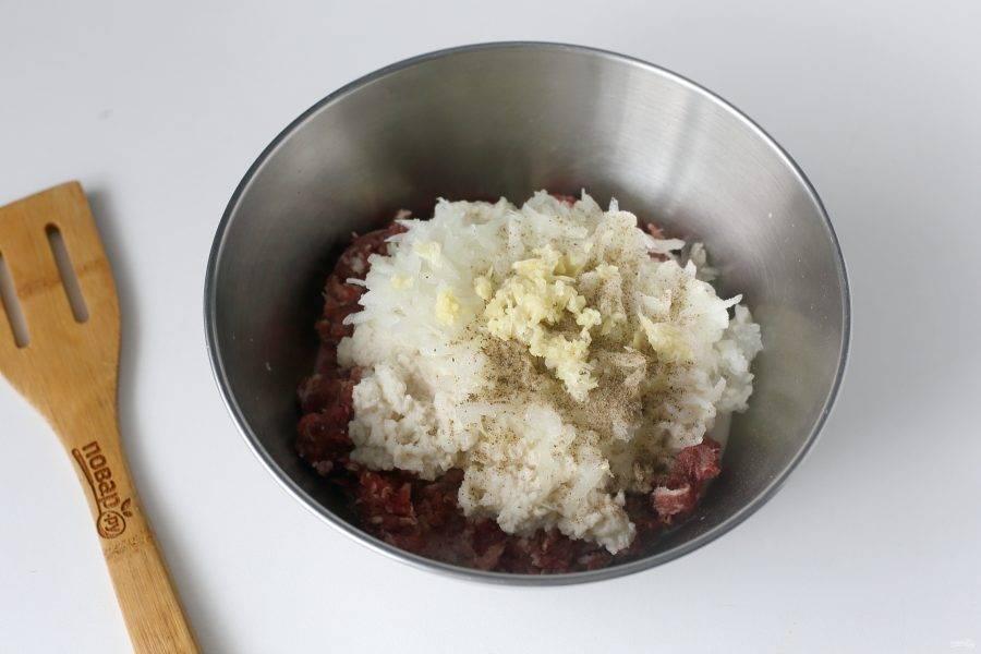 Лук натрите на крупной терке, добавьте отжатый белый хлеб, по вкусу соль и любые любимые специи. Можно ограничиться лишь черным молотым перцем.