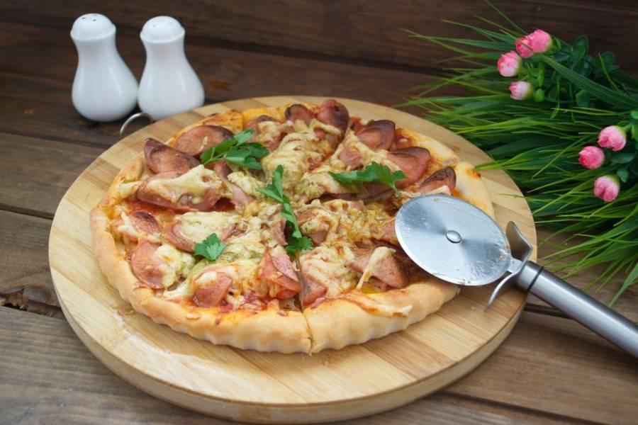 На  пиццу, поверх сыра выложите несколько тонких кусочков сливочного масла. Тогда пицца будет сочнее. Выпекайте в разогретой духовке при 200 градусов до готовности. Подаем к столу.