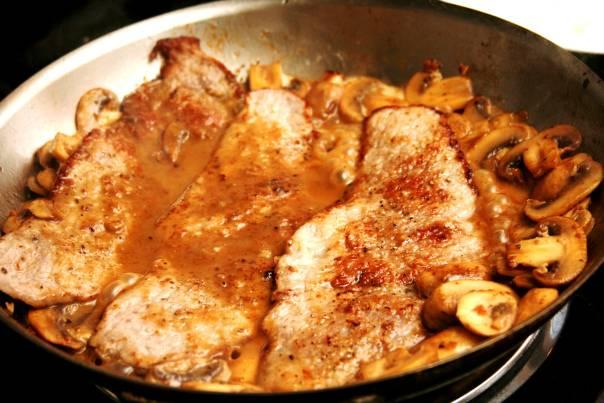 10. В готовый соус отправить мясо и прогреть его несколько минут на огне. Вот и все, блюдо можно подавать к столу.