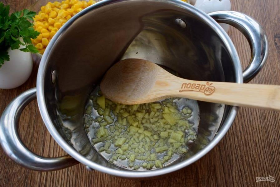 Имбирь очистите и измельчите. В кастрюле с двойным дном разогрейте оливковое масло и обжаривайте имбирь до появления лимонного запаха.