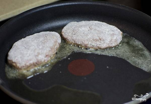 12. На сковороде разогрейте растительное масло и выложите зразы.