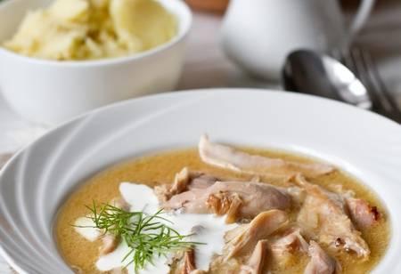 Доведите блюдо до кипения, посолите и тушите на небольшом огне в течении 1,5 – 2 часов. Когда мясо станет достаточно мягким, отделите его от кости и отправьте обратно в бульон на пару минут. Подавайте со сметаной, зеленью или каперсами. Приятного аппетита!