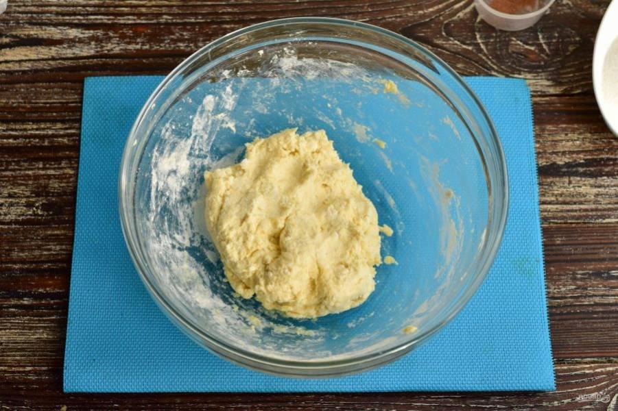Замесите руками тесто.