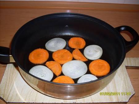 """3. Точно также поступаем с луком и морковью. Наша задача - сделать """"подушку"""" из овощей, на которой мы будем тушить хека."""