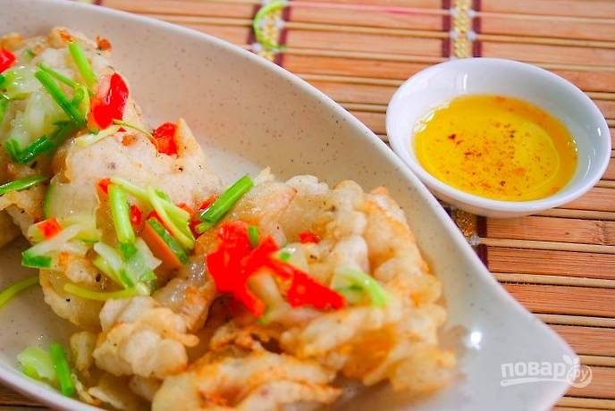 Подавайте рыбу, украсив овощами, с любым соусом или гарниром.