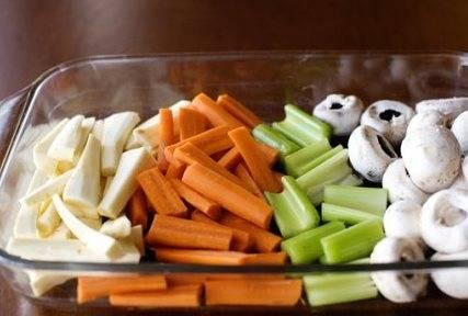 Овощи крупно нарезаем.