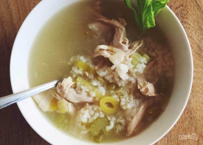 Суп с курицей, рисом и луком-порей