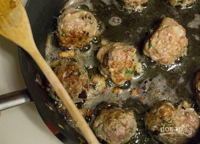 10.Обжаривайте мясные шарики до золотистой корочки.