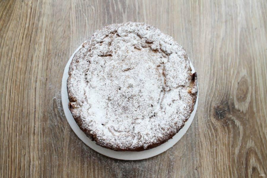 Достаньте пирог и полностью его остудите. Посыпьте верх пирога сахарной пудрой и подавайте к столу.