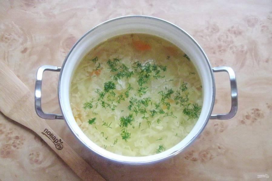 Варите суп до готовности всех ингредиентов. Зелень нарежьте и выложите в готовый рыбный суп.