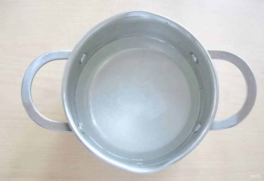 Приготовьте маринад. В кастрюлю налейте воду, добавьте соль, сахар и уксус. Доведите маринад до кипения и выключите. Перемешивайте, пока соль и сахар не растворятся.