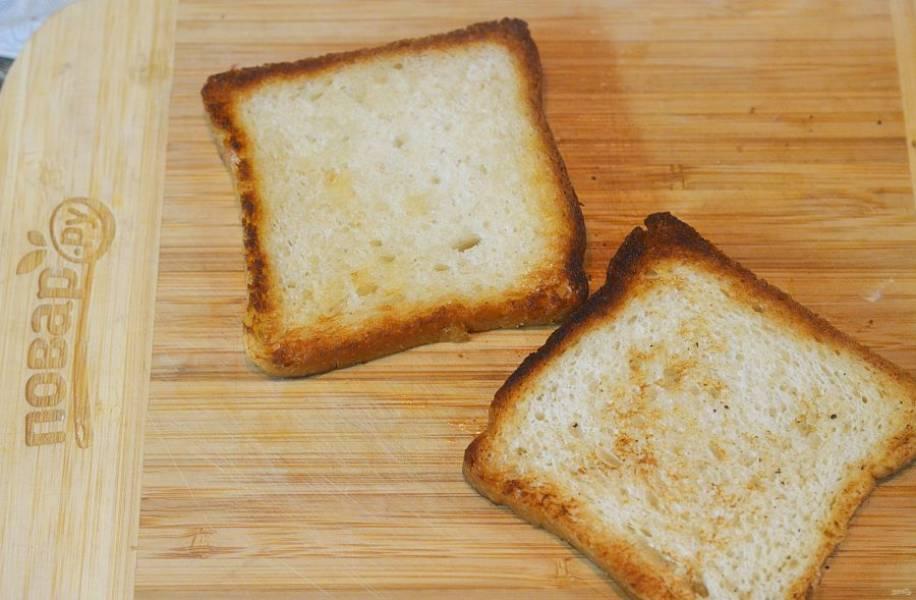 Обжарьте хлеб до хрустящего состояния на сковороде, в тостере или на гриле.