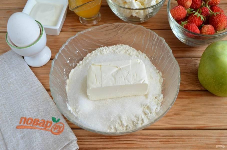 Сначала приготовим тесто-основу для пиццы. Для этого соедините в глубокой посудине холодное сливочное масло с мукой и сахаром.