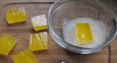 6. Достаем наш застывший мармелад и нарезаем желаемой формы, опускаем каждый кусочек в сахар и затем отправляем на блюдо.