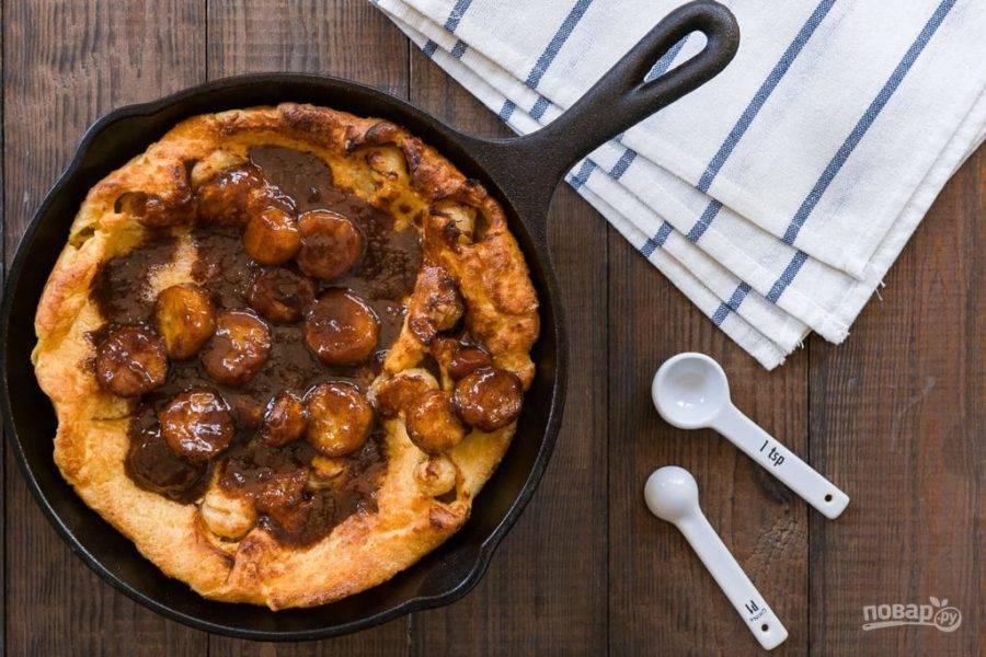 7.Вылейте соус на пирог и подавайте десерт на стол, будьте осторожны, так как блюдо очень горячее.