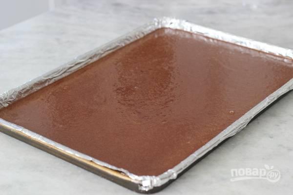 7. Выпекать корж рекомендую на том же противне, что и безе, чтобы было удобно собирать тортик. Выложите тесто ровным слоем.