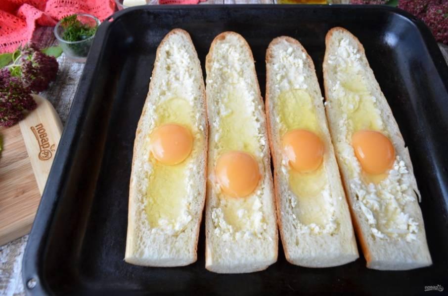 В каждую лодочку положите четверть сырной массы, утрамбуйте с помощью чайной ложки. Сделайте углубления по центру сильнее, а по краям меньше. Вбейте яйца и посолите, если желаете. Отправьте хачапури в духовку на 5-6 минут, чтобы схватился белок.