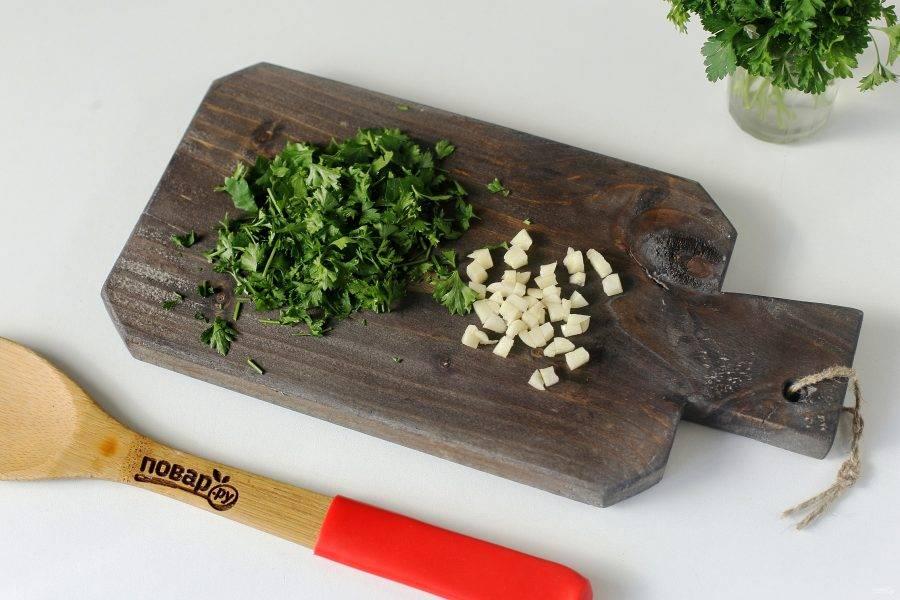 В самом конце, когда все ингредиенты будут готовы, добавьте измельченный чеснок и зелень.