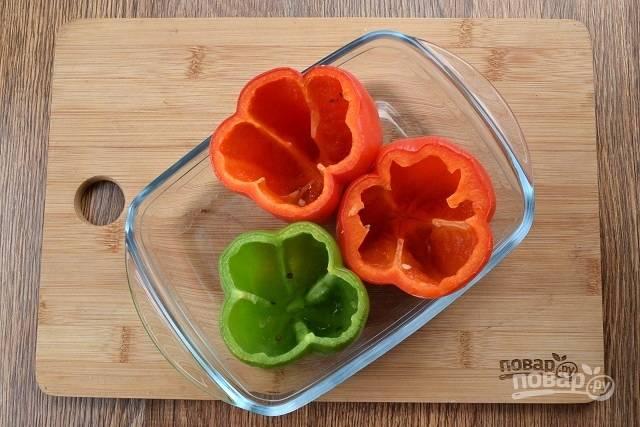 У перца срежьте верхушки, удалите сердцевину и семена. Поставьте запекаться в духовку при 180 °С на 20 минут.