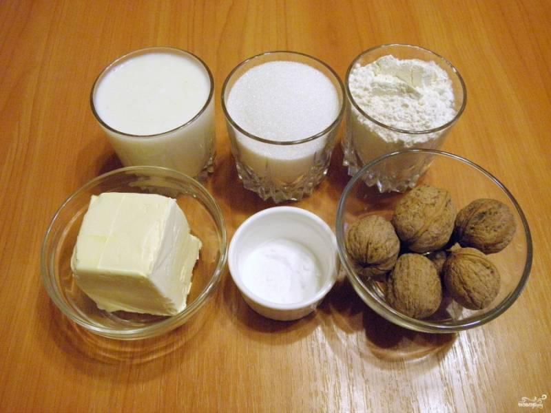 Подготовьте продукты для печенья. Вместо грецких орехов можно использовать любые другие сырые орешки. Кефир лучше взять натуральный (простоквашу).