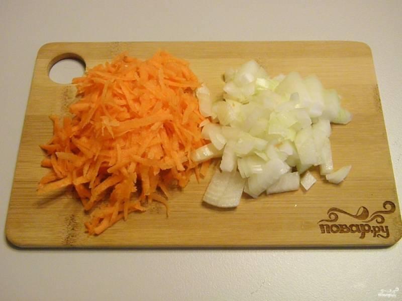 Очистите и вымойте овощи. Лук порежьте мелко, морковь натрите на крупной терке.