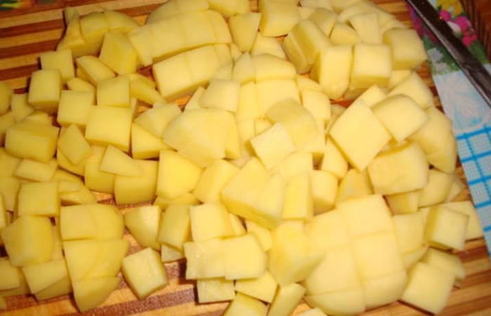 Картофель очистите и порежьте кубиками.