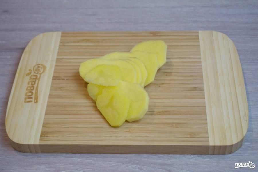Для приготовления блюда нам необходимо очистить и нарезать картофель на вот такие кружочки.