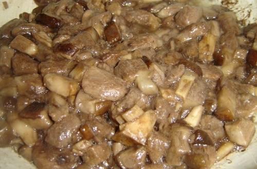3. После часа варки грибов, отправляем их на сковороду жариться. Для этого используйте растительное масло.