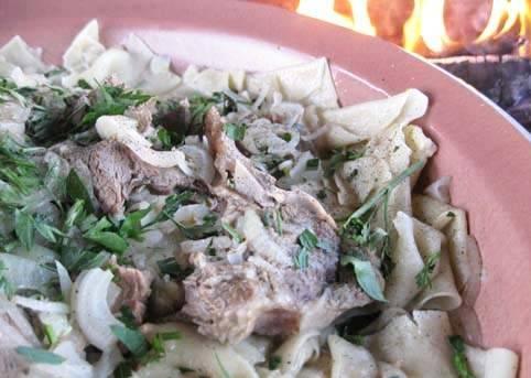 На лапшу выкладываем мясо, а бульон от лапши соединяем с бульоном от мяса, переливаем его в пиалы, посыпаем зеленью и подаем на стол вместе с основным блюдом. Приятного всем аппетита!