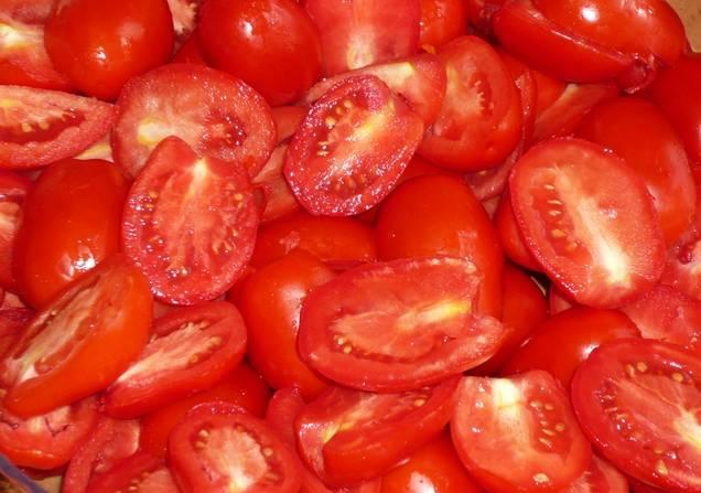 5. Обсушенные томаты нарежьте дольками средней величины.