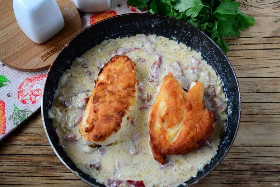 В готовый соус отправьте обжаренные куриные грудки.