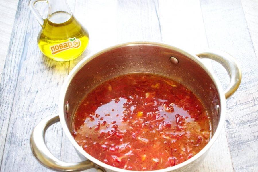 Добавьте томатный сок. Влейте бульон так, чтобы он покрыл овощи на 1-2 см. Посолите и поперчите по вкусу. Доведите до кипения, варите до готовности свеклы и капусты в течение 15-20 минут.
