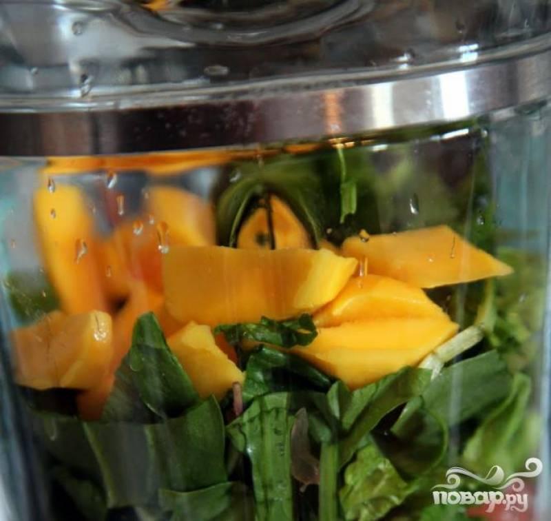 3.Все составляющие данного витаминного напитка поместить в чашу блендера и в несколько приемов смешать будущий напиток до однородной консистенции.
