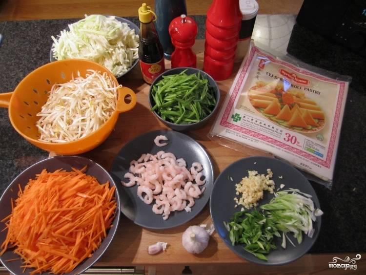 Подготовьте все ингредиенты: морковку порежьте соломкой, капусту нашинкуйте мелко, зеленый лук и фасоль стручковую тоже порежьте соломкой. Мелко порубите чеснок.