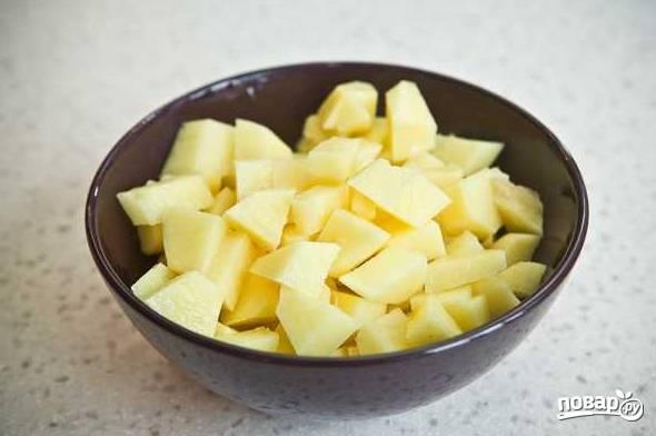 4. Картофель очистите и нарежьте небольшими кубиками.