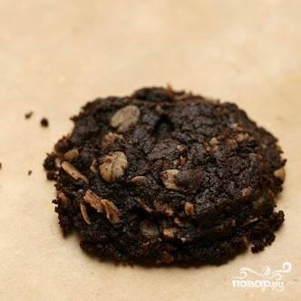 3. Ложкой выложить тесто на подготовленные противни. Печенье должно располагаться на расстоянии 5 см друг от друга. Выпекать печенье около 12 минут до тех пор, пока края не потемнеют. Перевернуть противни и поменять их местами в середине времени приготовления.