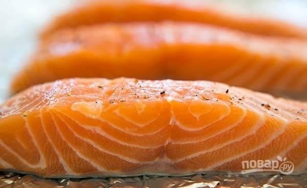 1.Разрежьте лосося на 4 равных кусочка и выложите его на противень, покрытый фольгой, кожицей вниз, посолите и поперчите.