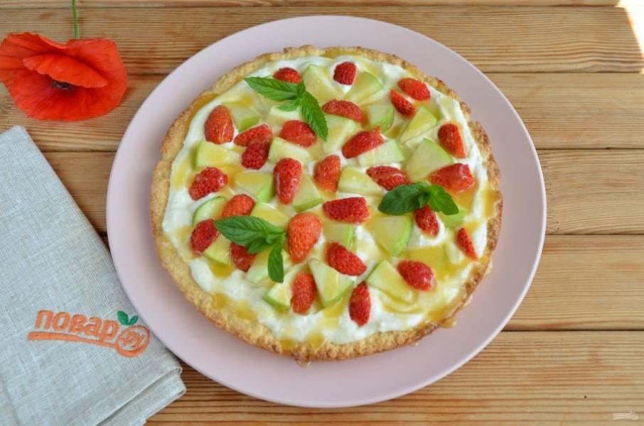 Полейте пиццу карамельным сиропом и украсьте листочками мяты. Готово!