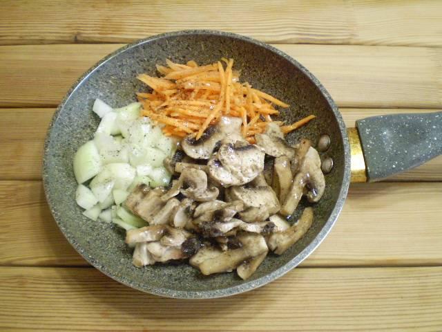 Обжарьте овощи с грибами на растительном масле до готовности. Посолите.